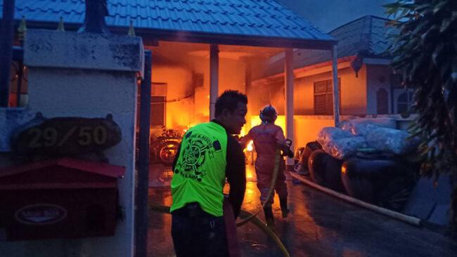 เปิดแอร์ทิ้งไว้! กลับมาไฟไหม้ข้างบ้าน ก่อนลุกลามไปยังบ้านข้างเคียงที่หัวหิน  หวิดวอดทั้งหลัง! - ThaiReport Channel